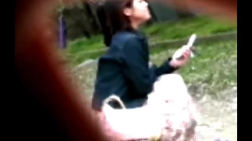 美巨乳なオネエさんが携帯をイジりお乳ポ少女している事に気付かずwwチクビまで全て秘密撮影☆