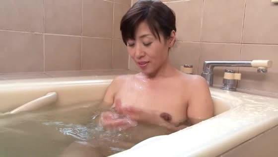 【ミニスカ熟女・人妻の動画】ミニスカートの素人のH無料動画。義理の母のミニスカート姿にムラムラしちゃった息子wお風呂覗いてみたら・・・